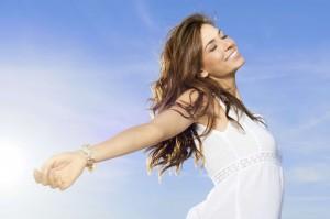 Mujer feliz porque toma aceite de onagra