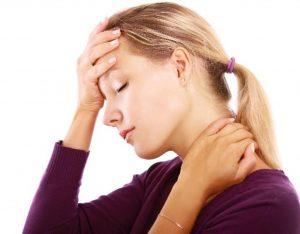 persona con dolor de cabeza por falta de hierro