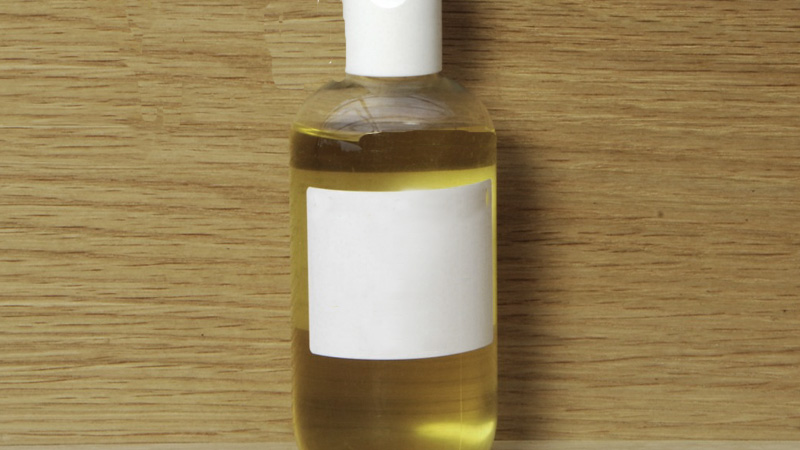 Bote con aceite de camelia, propiedades impresionantes